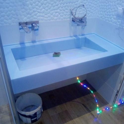 Столешница в ванную из камня с раковиной с стоком под наклоном: вода уходит в щель