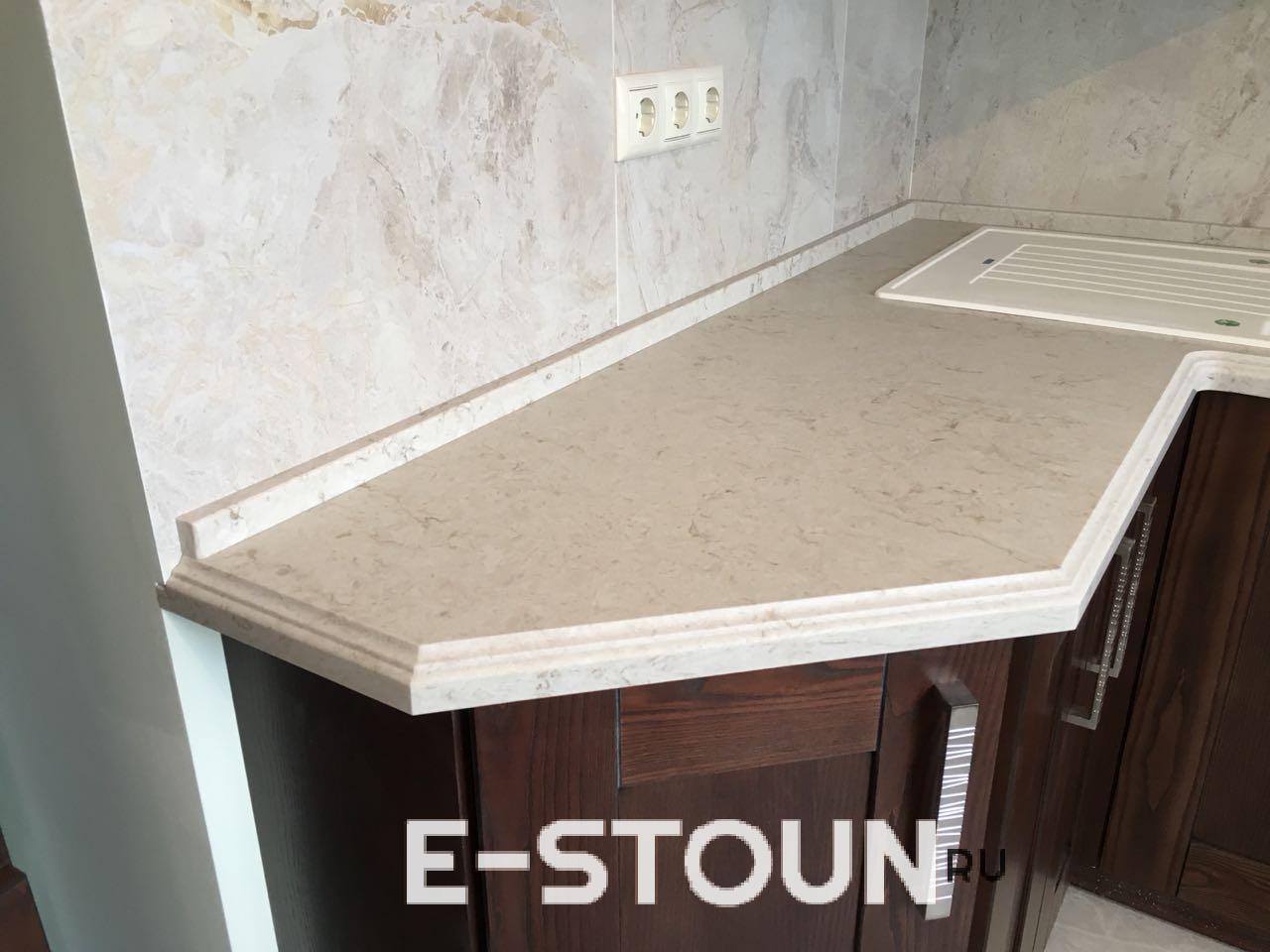 Кухонная столешница из камня Caeserstone: под этим ракусром лучше виден мраморный рисунок кварцевого агломерата
