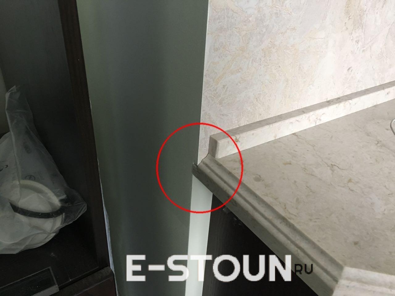 Пример вклейки кусочка камня для того, чтобы скрыть щель между стеной и столешницей