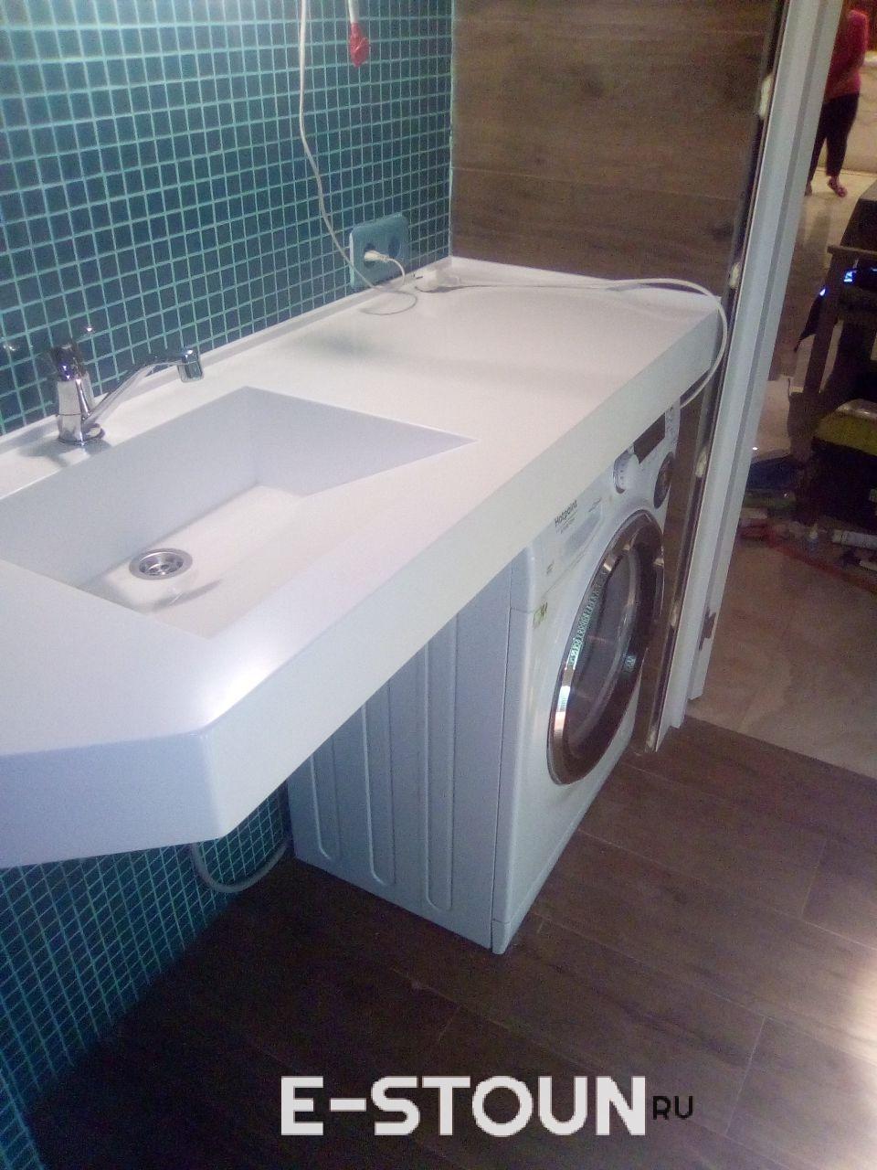 """Столешница в ванную из белого искусственного камня Himacs S302 White Opal: раковина интегрированная, форма стока """"под наклоном"""""""