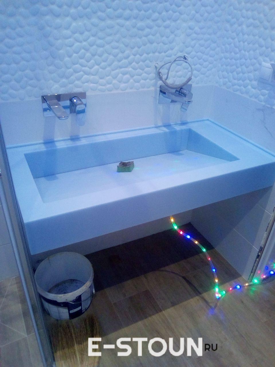 """Фотография столешницы из камня LG Himacs S303 Blue Saphire: интегрированная раковина с сливом """"под наклоном"""", вода утекает в щель у задней стенки"""