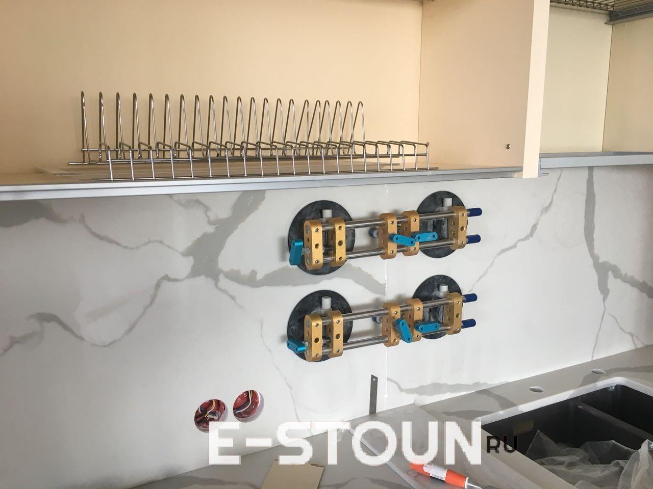 Стеновая панель из камня склеивается с помощью вакуумных стяжек: на детали нанесен клей, стяжки будут сняты, когда клей высохнет.