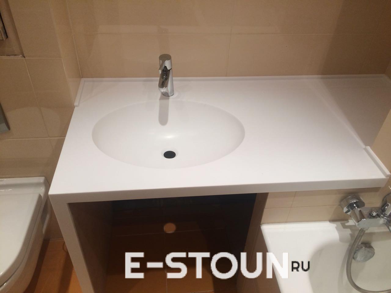 Вид спереди на столешницу в ванную из искусственного камня с интегрированной мойкой