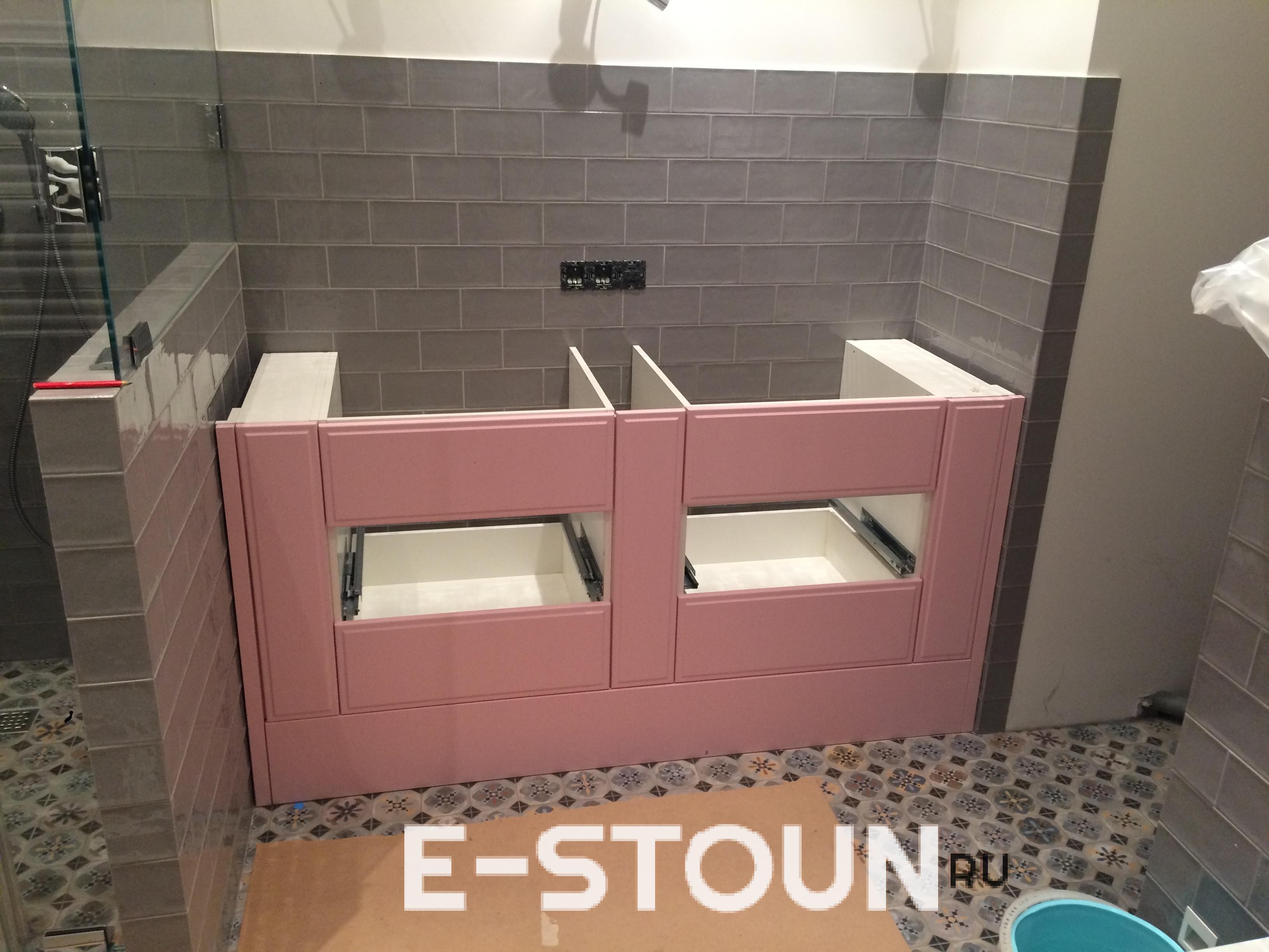 Столешница из кварцевого камня Technistone Areti Bianco на тумбочке розового цвета