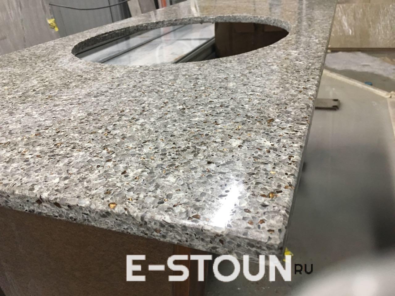 Столешница в ванную комнату из камня толщиной 20 мм: лежит на станке в цеху, вид сбоку