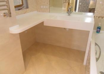 Столешница из искусственного камня в ванную с литой мойкой