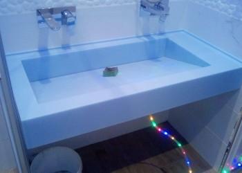 Столешница в ванную с мойкой с стоком под наклоном: вода уходит в щель